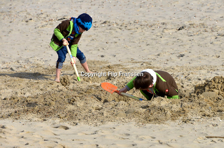 Nederland, The Netherlands, 26-3-2016Tijdens het vrije paasweekend maken veel mensen gebruik van het mooie weer om een strandwandeling te maken. Veel toeristen uit Duitsland brengen het weekeinde door aan de Zeeuwse kust. Kinderen hebben strandvertier.FOTO: FLIP FRANSSEN/ HH