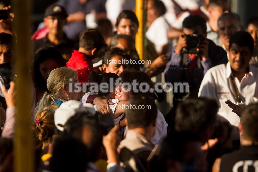 Delfina Gómez saluda con un abrazo a simpatizante en Tlalnepantla, Estado de México.