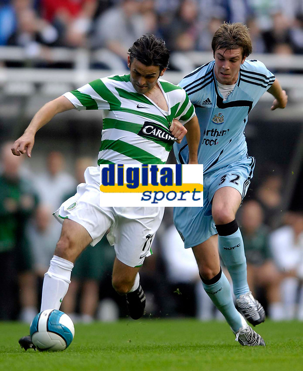 Photo: Jed Wee/Sportsbeat Images.<br /> Newcastle United v Glasgow Celtic. Pre Season Friendly. 26/07/2007.<br /> <br /> Celtic's Paul Hartley (L) tries to get the better of a shirt tugging contest with Newcastle's Paul Huntington.