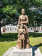 Suwałki, (woj. podlaskie) 09.07.2014. Pomnik Marii Konopnickiej w centrum Suwałk.