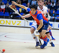 ROTTERDAM  - NK Zaalhockey . finale heren: SCHC-Amsterdam (2-2, SCHC wint shoot-outs) . Roderick Tam (SCHC) met Robert Tigges (A'dam) .  COPYRIGHT KOEN SUYK