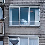 Amsterdam-Osdorp 19-12-2012. In een woning op de tweede verdieping in de Trijn Hullemanlaan in Amsterdam Osdorp zijn woensdagmiddag rond 12.40 uur twee mannen neergeschoten en zwaargewond geraakt. Na de schietpartij zouden twee Engels sprekende en donkergekleurde mannen zijn weggerend. De slachtoffers verkeren in levensgevaar. De identieit van de neergeschoten mannen is bij de politie bekend, maar die wil dit niet bekend maken. En ook het motief van de schietpartij is onbekend. Foto JOVIP/JOHN VAN IPEREN