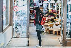 THEMENBILD - eine Touristin mit Mundschutz in einem Geschäft während der Corona Pandemie, aufgenommen am 17. April 2019 in Hallstatt, Österreich // a tourist wearing a face mask in a shop during the Corona Pandemic in Hallstatt, Austria on 2020/04/17. EXPA Pictures ©️ 2020, PhotoCredit: EXPA/ Stefanie Oberhauser