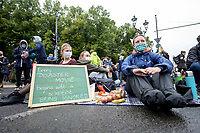 "25 SEP 2020, BERLIN/GERMANY:<br /> Junge Frauen mit Schild ""Every Disaster Movie gebins with a scientist being ignored"", Fridays for Future Demonstration fuer Massnahmen gegen den Klimawandel, Brandenburger Tor, Strasse des 17. Juni<br /> IMAGE: 20200925-01-029<br /> KEYWORDS: Protest, Demonstrant, Demonstranten, Demonstratin, Schueler, Schüler, Klimakatastrophe, FFF, Mundschutz, Mund-Nase-Schutz, Abstand"