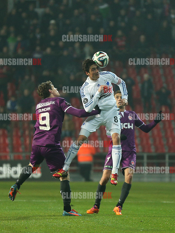 Thomas Delaney (FC København) header væk foran FC Midtjyllands Morten Duncan Rasmussen og Jakob Poulsen.