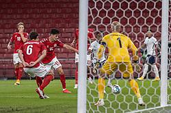 Raheem Sterling (England) er ved at komme på skudhold under UEFA Nations League kampen mellem Danmark og England den 8. september 2020 i Parken, København (Foto: Claus Birch).