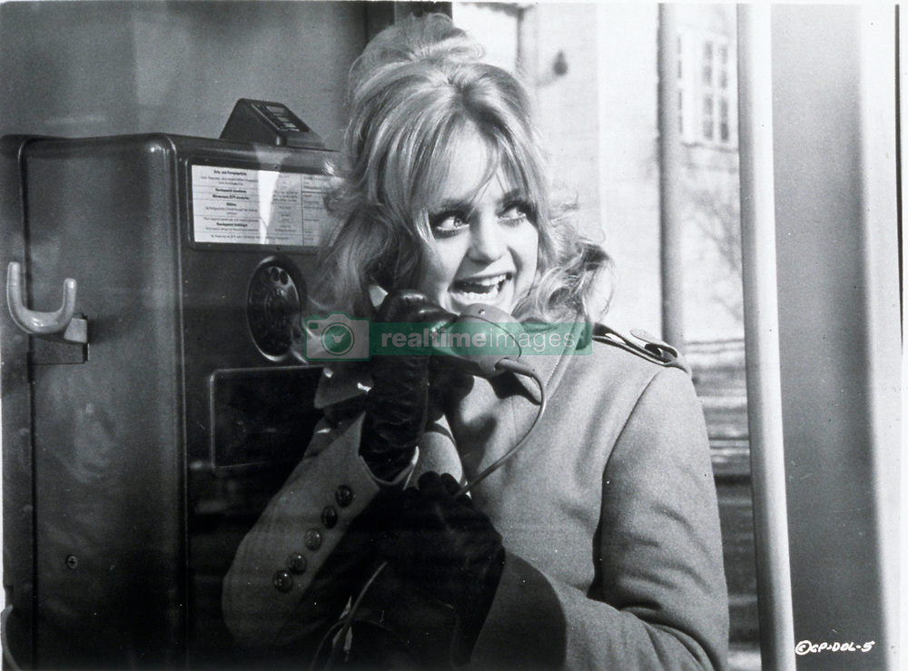 1971, Film Title: DOLLARS, Director: RICHARD BROOKS, Studio: PARAMOUNT, Pictured: TELEPHONE, GOLDIE HAWN, TELEPHONING, TELEPHONE BOOTH, WHISPERING, SECRETIVE, THRILLER, GLOVES. (Credit Image: SNAP/ZUMAPRESS.com) (Credit Image: © SNAP/Entertainment Pictures/ZUMAPRESS.com)