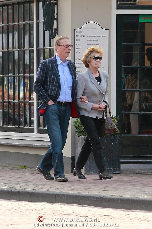 NLD/Laren/20110322 - John de Mol Sr. en partner Hanny aan het winkelen in Laren NH