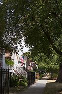 Gata i Andersonville med trähus i långa rader och amerikanska fasadflaggor. <br /> <br /> Chicago, Illinois, USA<br /> <br /> Foto: Christina Sjögren