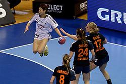 08-12-2013 HANDBAL: WERELD KAMPIOENSCHAP ZUID KOREA - NEDERLAND: BELGRADO <br /> 21st Women s Handball World Championship Belgrade. Nederland verliest de tweede partij van het WK met 29-26 van Korea / (L-R) WOO Sun Hee, Lois Abbingh, Martine Smeets, Nycke Groot<br /> ©2013-WWW.FOTOHOOGENDOORN.NL