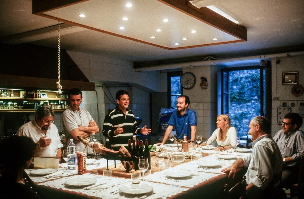 21 MAY 2000 - Garda (VR) - Gianluca Rana, industriale della pasta, nella cucina di casa con alcuni amici.