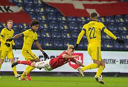 Jens Jønsson (Danmark) falder efter duel med Jens-Lys Cajuste (Sverige) under venskabskampen mellem Danmark og Sverige den 11. november 2020 på Brøndby Stadion (Foto: Claus Birch).