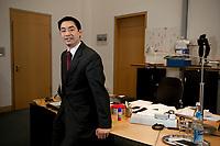 14 JAN 2009, BERLIN/GERMANY:<br /> Philipp Roesler, FDP, Bundesgesundheitsminister, vor seinem Schreibtisch, in seinem Buero, Bundesministerum fuer Gesundheit<br /> IMAGE: 20100114-01-021<br /> KEYWORDS: Philipp Rösler