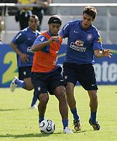 Ronaldinho gegen Kaka im Training. © Urs Bucher/EQ Images