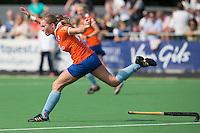 AMSTELVEEN - HOCKEY - Lara Dell' Anna van Bloemendaal tijdens de eerste competitiewedstrijd van het nieuwe seizoen tussen de vrouwen van Pinoke en Bloemendaal. COPYRIGHT KOEN SUYK