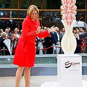 NLD/Apeldoorn/20100608 - H.K.H. Prinses Maxima opent ' De St@art ', Onthulling kunstwerk van papier