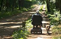 VORDEN - Oudere met scootmobiel en hond . ANP COPYRIGHT KOEN SUYK