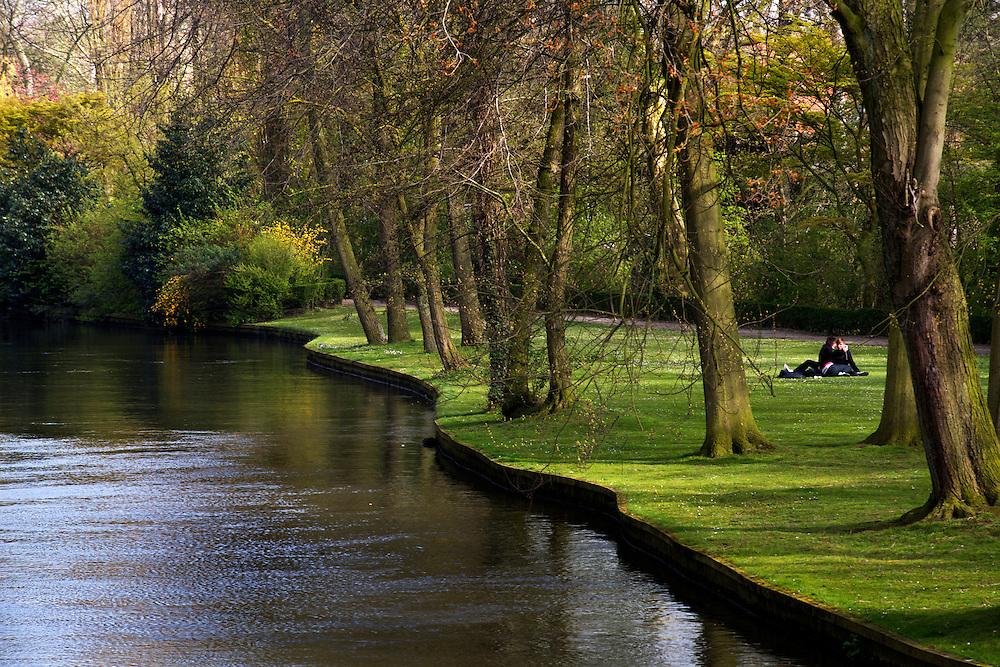 BÉLGICA / FLANDES / BRUJAS<br /> Pareja en un parque<br /> <br /> ©JOAN COSTA