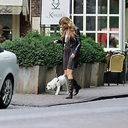 NLD/Laren/20080812 - Pauline Huizinga heeft een jong hondje en winkeld door Laren NH met het beestje