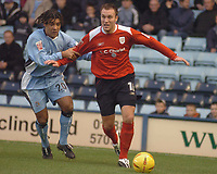Fotball<br /> Foto: SBI/Digitalsport<br /> NORWAY ONLY<br /> <br /> Coventry City v Crewe Alexandra. Coca Cola Championship. 27/11/2004.<br /> Coventry's Richard Shaw holds back Dean Ashton