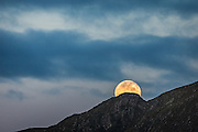 Moonrise over montain top | Måneoppgang over fjelltopp