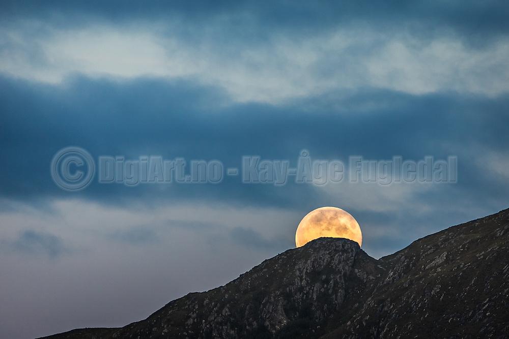 Moonrise over montain top   Måneoppgang over fjelltopp