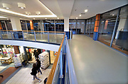 Nederland, Nijmegen, 18-1-2020 Winkelruimte te huur in een winkelstraat in de binnenstad van deze stad in Gelderland . De bovenste etage van winkelcentrum Molenpoort, de Molenpoortpassage, staat vrijwel geheel leeg. Er wordt overwogen dit overdekte winkelcentrum in het stadscentrum, het centrum van de stad, uit de eind jaren 70 te slopen en weer gewoon een winkelstraat van te maken. Foto: Flip Franssen.