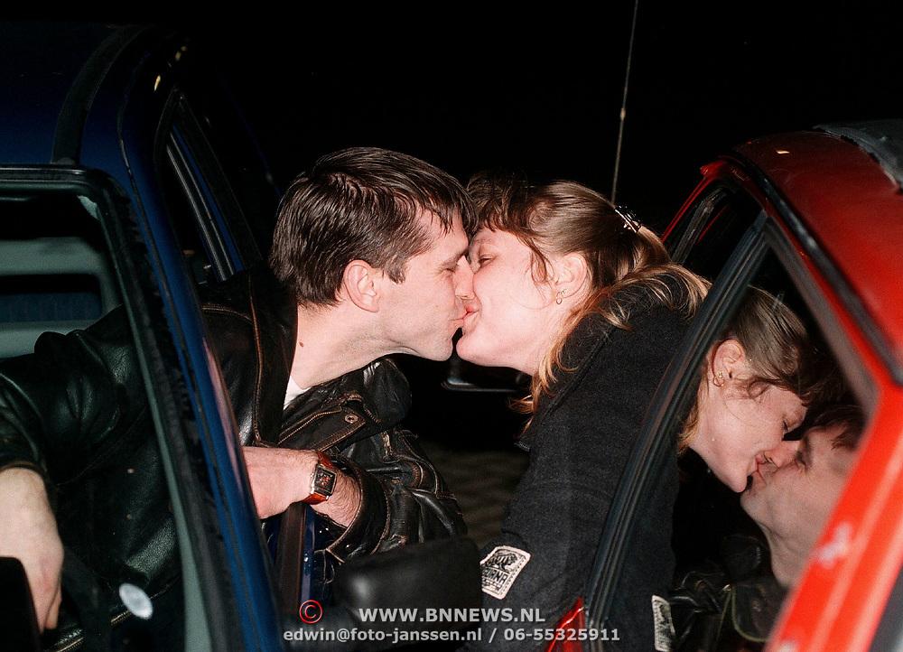 Verhaal over fileleed in Almere, man en vrouw kussen elkaar in de auto