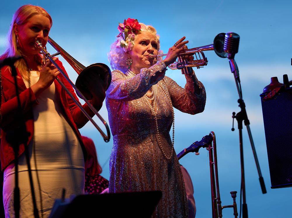2021-06-30 BÅSTAD<br /> Tid: 19:32<br /> Gunhild Carling inledde sin europaturné med en spelning på Pepes Bodega i Båstad.<br /> <br /> <br />  ***betalbild***<br /> <br /> Foto: Peo Möller<br /> <br /> Båstad, Gunhild Carling, Carling Family, konsert, musiker, artist, scen, utomhus, sommarkonsert, europaturné, premiär, porträtt
