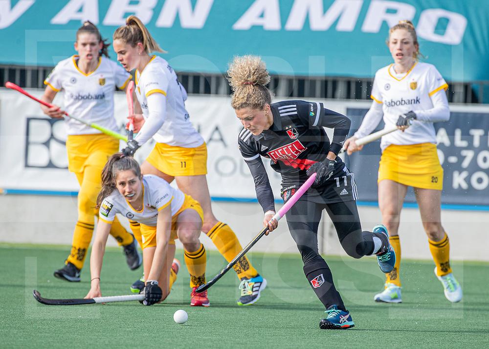 AMSTELVEEN - Maria Verschoor (Adam) met Pleun van der Plas (DenBosch)  tijdens  de hoofdklasse hockey competitiewedstrijd dames, Amsterdam-Den Bosch (0-1)  COPYRIGHT WORLDSPORTPICS KOEN SUYK