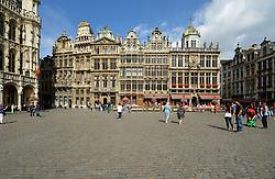 THEMENBILD - Brüssel ist die Haupt- und Residenzstadt des Königreichs Belgien, Sitz der Institutionen der Flämischen und Französischen Gemeinschaft Belgiens sowie von Flandern und Hauptort der Region Brüssel-Hauptstadt. Zudem stellt die Stadt den Hauptsitz der Europäischen Union sowie den Sitz der NATO, ferner den des ständigen Sekretariats der Benelux-Länder, der Westeuropäischen Union und der EUROCONTROL, hier im Bild Maison Sainte Barbe, Ch¬êne und Petit Renard, le Roi d'Espagne, Gildeh¬äuser, Zunfth¬äuser, Grote Markt, Grand Place, UNESCO Weltkulturerbe aufgenommen am 28. Juli 2013 // THEMES PICTURE - Brussels is the capital and residence city of the Kingdom of Belgium, the seat of the institutions of the Flemish and French Community of Belgium and the capital of Flanders and Brussels-Capital Region. In addition, the city is the headquarters of the European Union, and the headquarters of NATO, also the Permanent Secretariat of the Benelux countries, the Western European Union and EUROCONTROL pictured on 28th of July 2013. EXPA Pictures © 2013, PhotoCredit: EXPA/ Eibner/ Michael Weber<br /> <br /> ***** ATTENTION - OUT OF GER *****