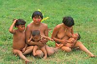 Madres con bebes y niños de aborigen Yanomami sentados en el suelo, Amazonas, Venezuela.