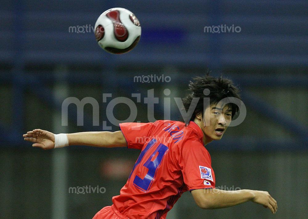Fussball International U 20 WM  Polen - Korea Tae Goon Ha (KOR) schaut dem Ball nach