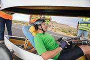 Adam Ince bij het vangteam. In Battle Mountain (Nevada) wordt ieder jaar de World Human Powered Speed Challenge gehouden. Tijdens deze wedstrijd wordt geprobeerd zo hard mogelijk te fietsen op pure menskracht. De deelnemers bestaan zowel uit teams van universiteiten als uit hobbyisten. Met de gestroomlijnde fietsen willen ze laten zien wat mogelijk is met menskracht.<br /> <br /> In Battle Mountain (Nevada) each year the World Human Powered Speed ??Challenge is held. During this race they try to ride on pure manpower as hard as possible.The participants consist of both teams from universities and from hobbyists. With the sleek bikes they want to show what is possible with human power.