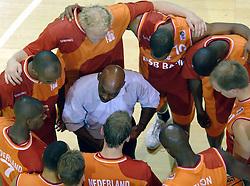 26-08-2005 BASKETBAL: NEDERLAND-BELGIE: GRONINGEN<br /> Nederland kan zich gaan opmaken voor een extra toernooi in Belgrado, waar de laatste strohalm moet worden gepakt ter handhaving in de A-groep. Dat is het gevolg van de 51-62 nederlaag / Glenn Pinas geeft de spelers wat tactics<br /> ©2005-www.fotohoogendoorn.nl