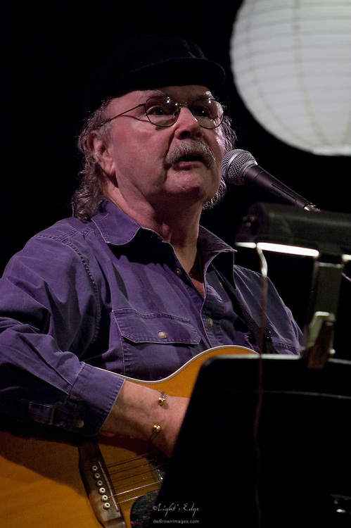 Tom Paxton performing on tour with Janis Ian.