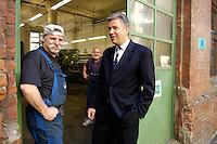 28 MAY 2006, BERLIN/GERMANY:<br /> Klaus Wowereit, SPD, Reg. Buergermeister Berlin, im Gespraech mit einer Arbeiter einer Metallwerkstatt, Buelowstrasse<br /> IMAGE: 20060528-01-070<br /> KEYWORDS: Gespäch
