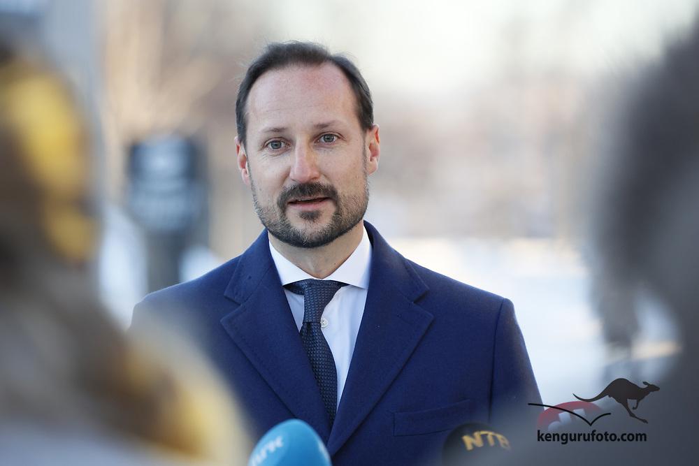 Gardermoen 20210103. <br /> Kronprins Haakon snakker med pressen etter besøket hos de evakuerte og pårørende på Gardermoen.<br /> Foto: Tor Erik Schrøder / NTB