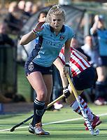 LAREN - Lisanne de Lange van Laren tijdens de hoofdklasse competitiewedstrijd  hockey tussen de vrouwen van Laren en HDM. COPYRIGHT KOEN SUYK