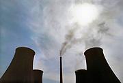 Duitsland, BitterfeldEen elektriciteitscentrale met schoorsteen en koeltorens .Foto: Flip Franssen
