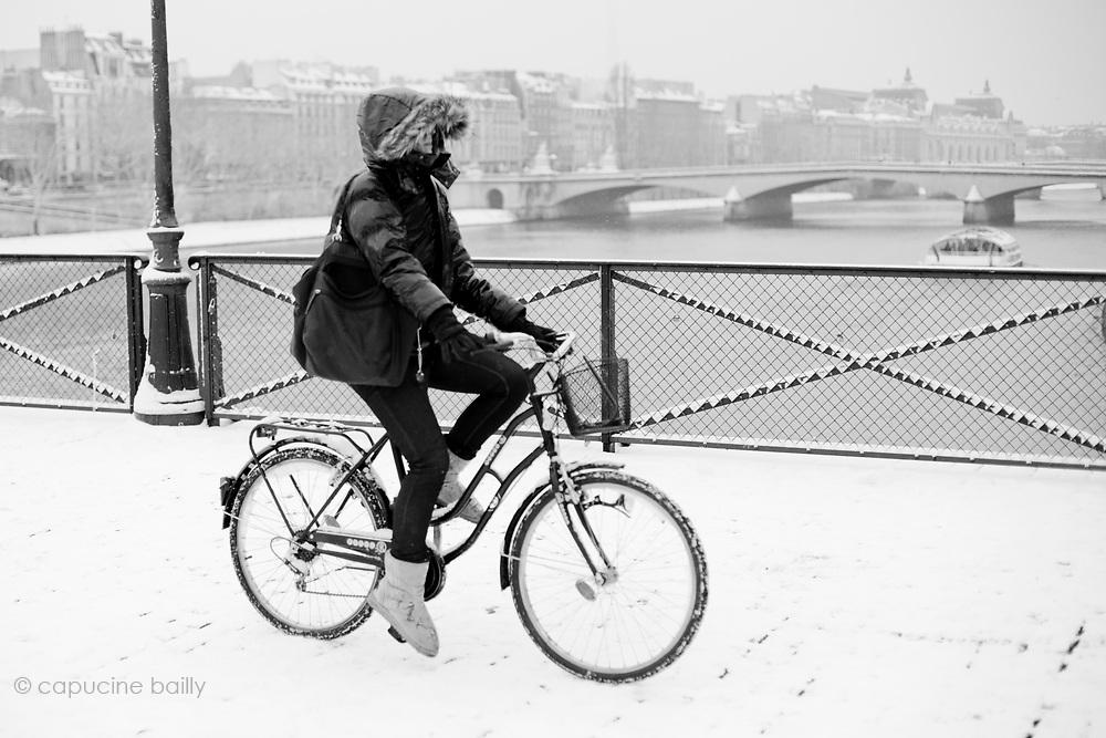 Paris, France. December 17th 2009..Snow Storm in Paris..Pont des Arts