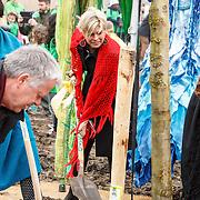 NLD/Almere/20150318 - Nationale Boomplantdag 2015, Prinses Laurentien, Sharon Dijksma, voorzitter Onno Hoes en Annemarie Jorritsma