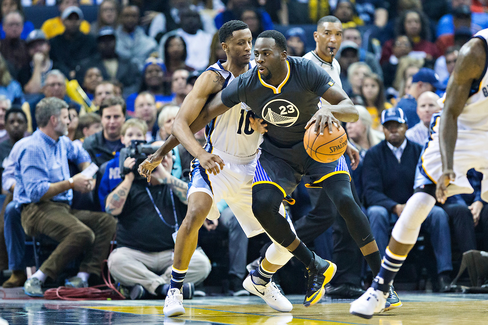 MEMPHIS, TN - DECEMBER 10:  Draymond Green #23 of the Golden State Warriors drives around Troy Williams #10 of the Memphis Grizzlies at the FedExForum on December 10, 2016 in Memphis, Tennessee.  The Grizzlies defeated the Warriors 110-89.  NOTE TO USER: User expressly acknowledges and agrees that, by downloading and or using this photograph, User is consenting to the terms and conditions of the Getty Images License Agreement.  (Photo by Wesley Hitt/Getty Images) *** Local Caption *** Draymond Green; Troy Williams