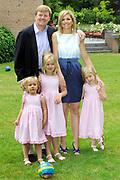 Fotosessie van de Koninklijke familie op Landgoed de Horsten in Wassenaar.<br /> <br /> Op de foto:<br /> <br /> <br /> <br />  DUTCH Zijne Koninklijke Hoogheid de Prins van Oranje, Hare Koninklijke Hoogheid Prinses Máxima der Nederlanden en hun dochters Prinses Catharina-Amalia, Prinses Alexia en Prinses Ariane //  ENGLISH His Royal Highness the Prince of Orange, Her Royal Highness Princess Máxima of the Netherlands and their daughters, Princess Catharina-Amalia, Princess Alexia and Princess Ariane