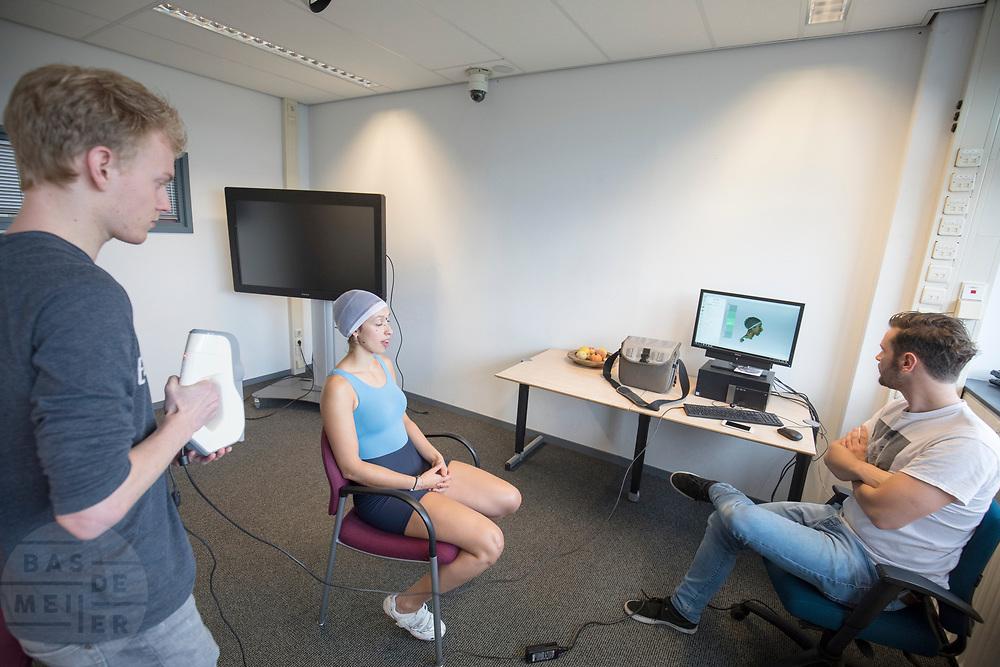 In Delft wordt bij de faculteit Industrieel Ontwerpen een 3D scan gemaakt van de nieuwe rijdster Jennifer Breet. In september wil het Human Power Team Delft en Amsterdam, dat bestaat uit studenten van de TU Delft en de VU Amsterdam, tijdens de World Human Powered Speed Challenge in Nevada een poging doen het wereldrecord snelfietsen voor vrouwen te verbreken met de VeloX 8, een gestroomlijnde ligfiets. Het record is met 121,81 km/h sinds 2010 in handen van de Francaise Barbara Buatois. De Canadees Todd Reichert is de snelste man met 144,17 km/h sinds 2016.<br /> <br /> At the Technical University Delft faculty Industrial Design Engineering (IDE) a 3D scan is made of rider Jennifer Breet. With the VeloX 8, a special recumbent bike, the Human Power Team Delft and Amsterdam, consisting of students of the TU Delft and the VU Amsterdam, also wants to set a new woman's world record cycling in September at the World Human Powered Speed Challenge in Nevada. The current speed record is 121,81 km/h, set in 2010 by Barbara Buatois. The fastest man is Todd Reichert with 144,17 km/h.