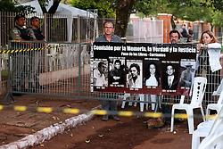 """Manifestantes levantam cartazes contra a ditadura, perto do cemitério """"Jardim da Paz"""", em São Borja, onde haverá a exumação do corpo do ex-presidente João Goulart em quarta-feira, 13 de novembro, 2013. FOTO: Jefferson Bernardes/ Agência Preview"""
