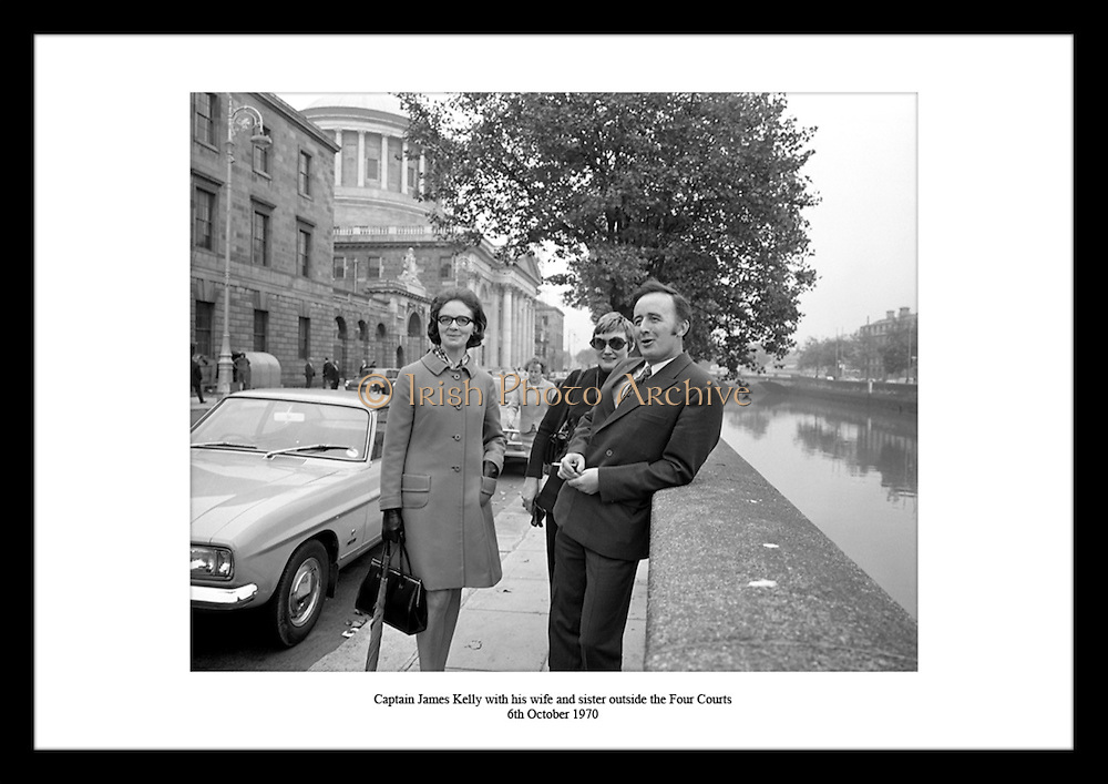Captain James Kelly with his wife and sister outside the Four Courts<br /> 6th October 1970
