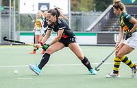 AMSTELVEEN - Sabine Plönissen (Amsterdam) met Flora Peel (HDM)  tijdens de competitie hoofdklasse hockeywedstrijd dames, Amsterdam-HDM (1-1).  COPYRIGHT KOEN SUYK