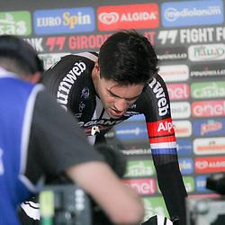 06-05-2016: Wielrennen: Giro: Apeldoorn   <br />APELDOORN (NED) wielrennen      <br />De 99e ronde van Italie is van start gegaan met een tijdrit of 9,8 kilometer door de straten van Apeldoorn. De finishlijn was getrokken op de Loolaan. Tom Dumoulin na de tijdirt uitfietsen ipv hotchair