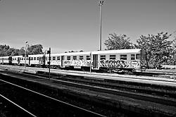 treno delle ferrovie Sud Est parcheggiato sui binari della stazione di Zolino (LE), impotante centro di snodo ferroviario del salento. Reportage che racconta le situazioni che si incontrano durante un viaggio lungo le ferrovie SUD EST nel salento.
